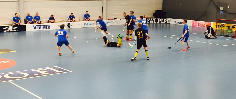 Teemu Ahokasta on jälleen rikottu ja Agents pelaaja passitetaan jäähylle. Kaksi muuta Knights pelaajaa Jesper Granö (91) ja Emils Hartmanis todistavat tilannetta lähietäisyydeltä.