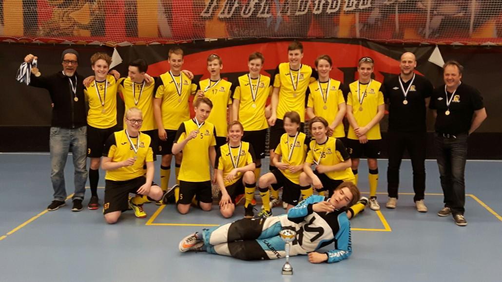 Iloinen joukkue kultamitalit kaulassa. (Kuva: Olli Knaapinen)