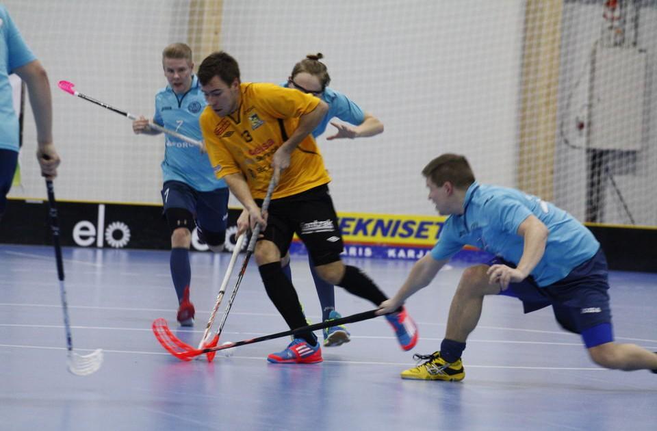 Knightsin Henrik Himmelroos ja Tero Martiskainen (nro 7) kohtasivat pari vuotta sitten 2.divarissa eri joukkueissa. Tällä kaudella myös Martiskainen pelaa Knightsissa.